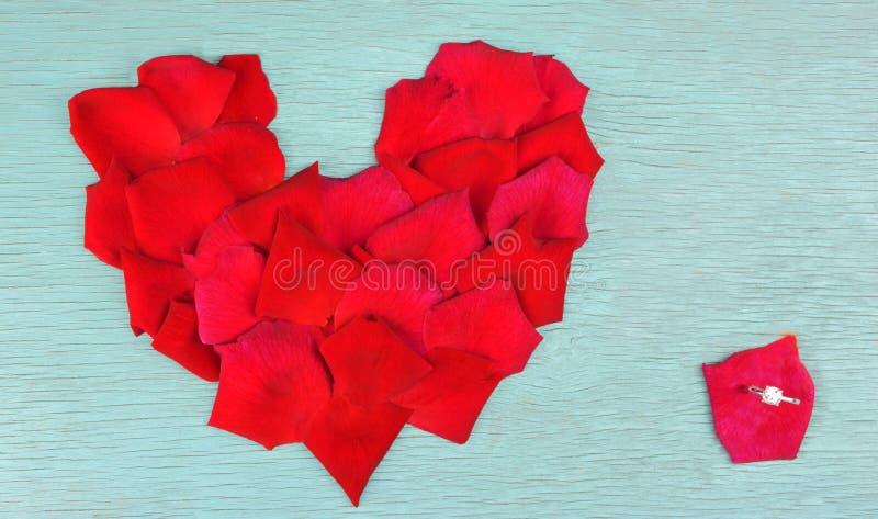 Pétalas de Rosa na forma do coração fotos de stock