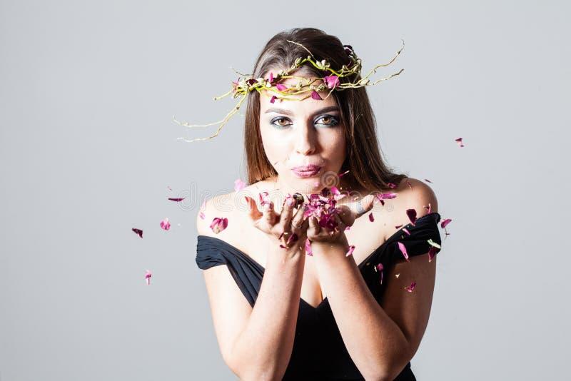 Pétalas e menina de rosas imagens de stock royalty free