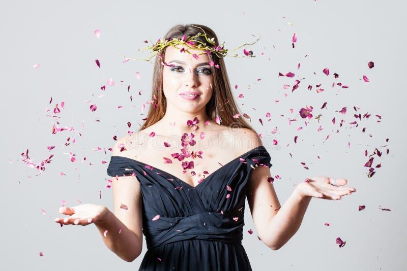 Pétalas e menina de rosas fotos de stock royalty free