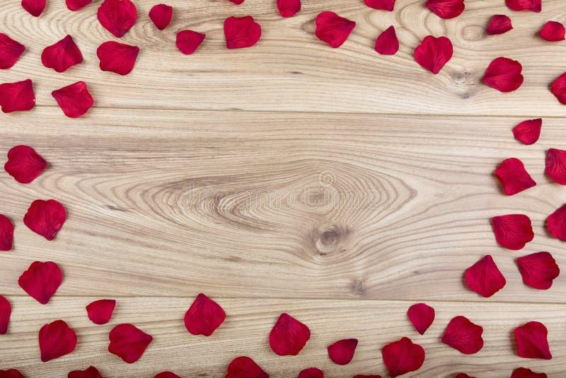 Pétales de rose rouges de tissu avec l'espace de copie image stock