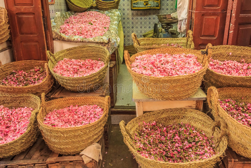 Pétalos de Rose en el souk marroquí imagen de archivo