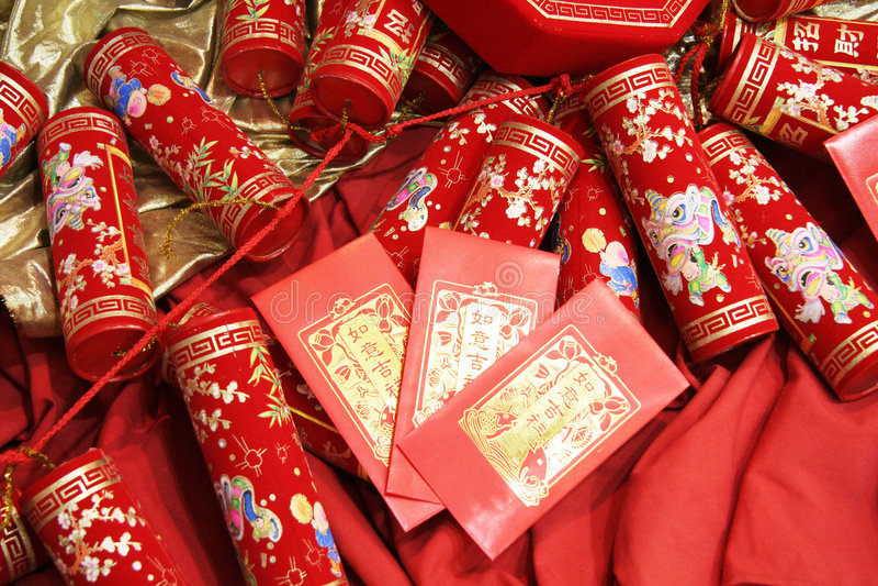Pétards chinois de célébration et enveloppe rouge photos libres de droits