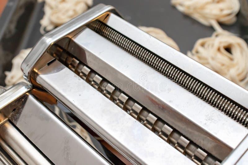 Pétrisseuse de roulement FO composant la fin de pâtes et de ravioli avec les pâtes italiennes d'oeufs faits maison de ruban sur l photos stock