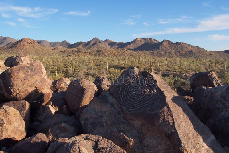 Pétroglyphe en spirale sur la colline de signal en parc national de Saguaro, Arizona images libres de droits