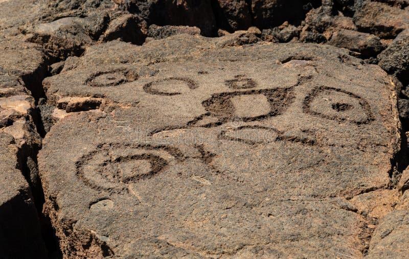 Pétroglyphes découpées dans la roche volcanique sur Trail du Roi, Kona, Hawaï photos stock