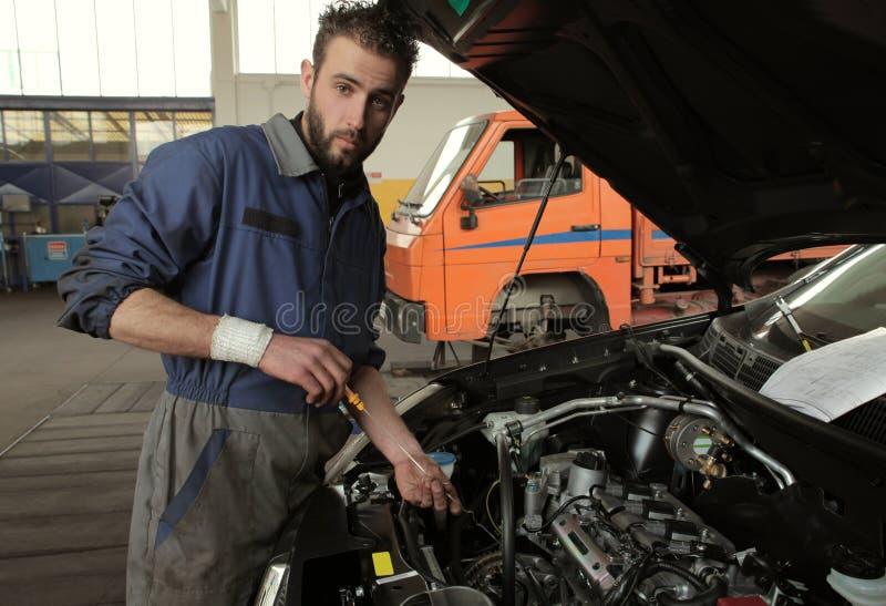 Download Pétrole image stock. Image du essence, garage, moteur - 8668655