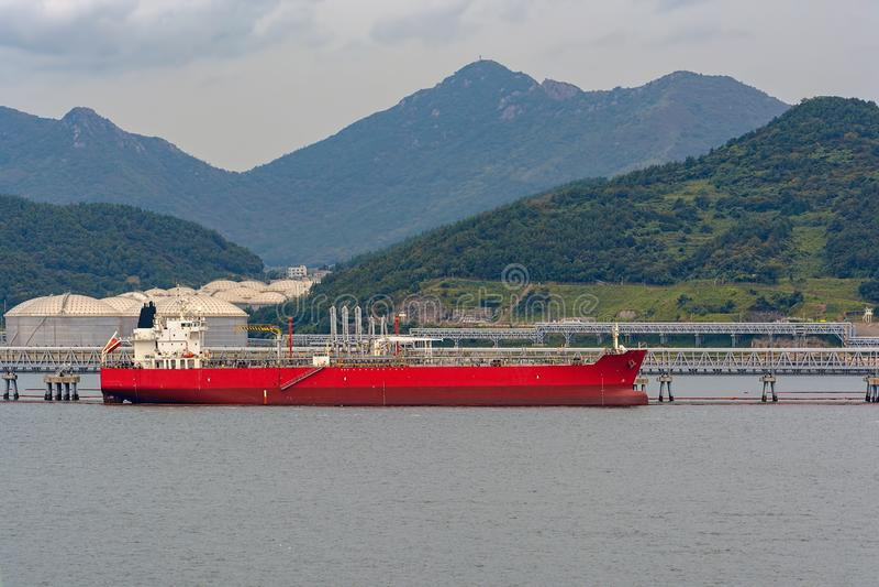 Pétrole/bateau-citerne chimique devant le terminal de rivage photos libres de droits