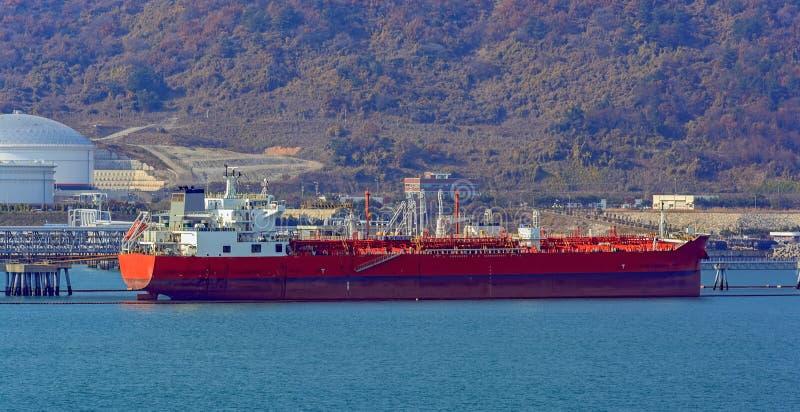 Pétrole/bateau-citerne chimique devant le terminal de rivage images stock