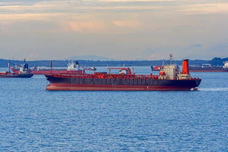 Pétrole/bateau-citerne chimique sur le fond de coucher du soleil photographie stock libre de droits