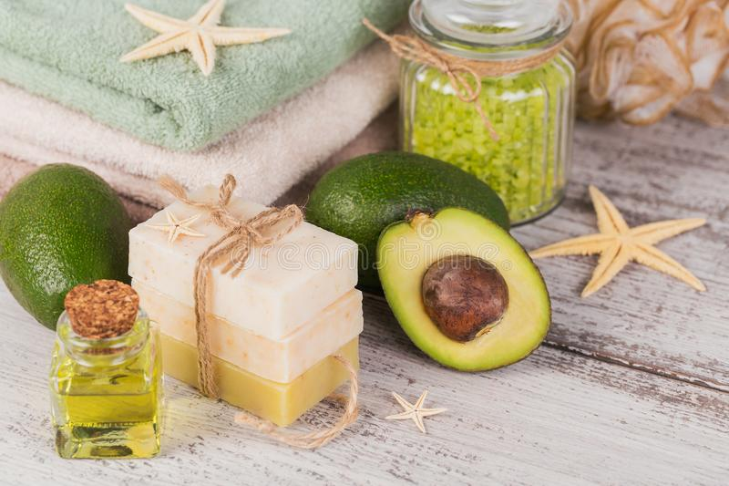 Pétrole cosmétique naturel et savon fait main naturel avec l'avocat photographie stock libre de droits