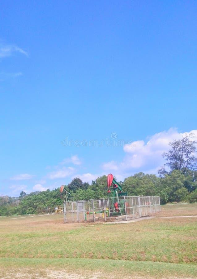 Pétrole d'industries pétrolières du Brunei sur la pompe de terre de rivage photographie stock libre de droits