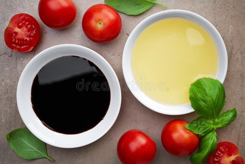Pétrole et vinaigre balsamique image stock
