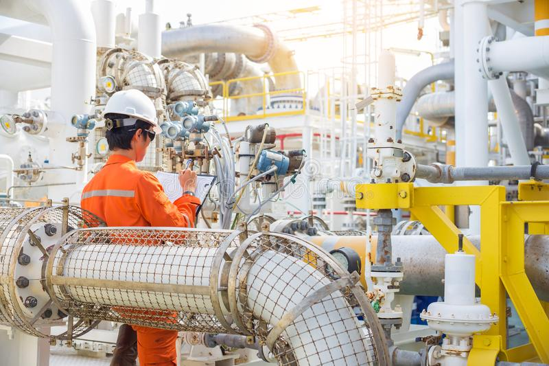 Pétrole marin et industrie du gaz, données de disque d'opérateur de production au carnet, dialy activité du travailleur de plate- photographie stock libre de droits