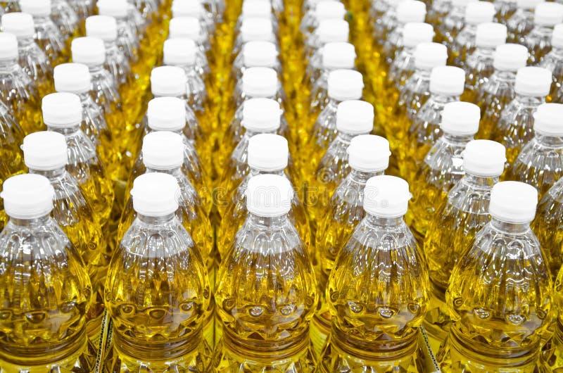 Pétrole mis en bouteille se vendant sur un marché images stock