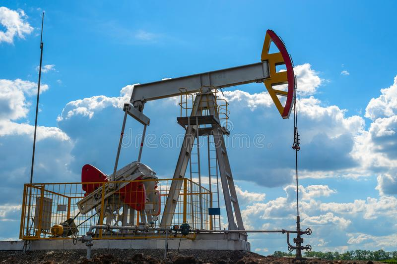 Pétrole moderne puits avec le basculage pour la production photographie stock libre de droits