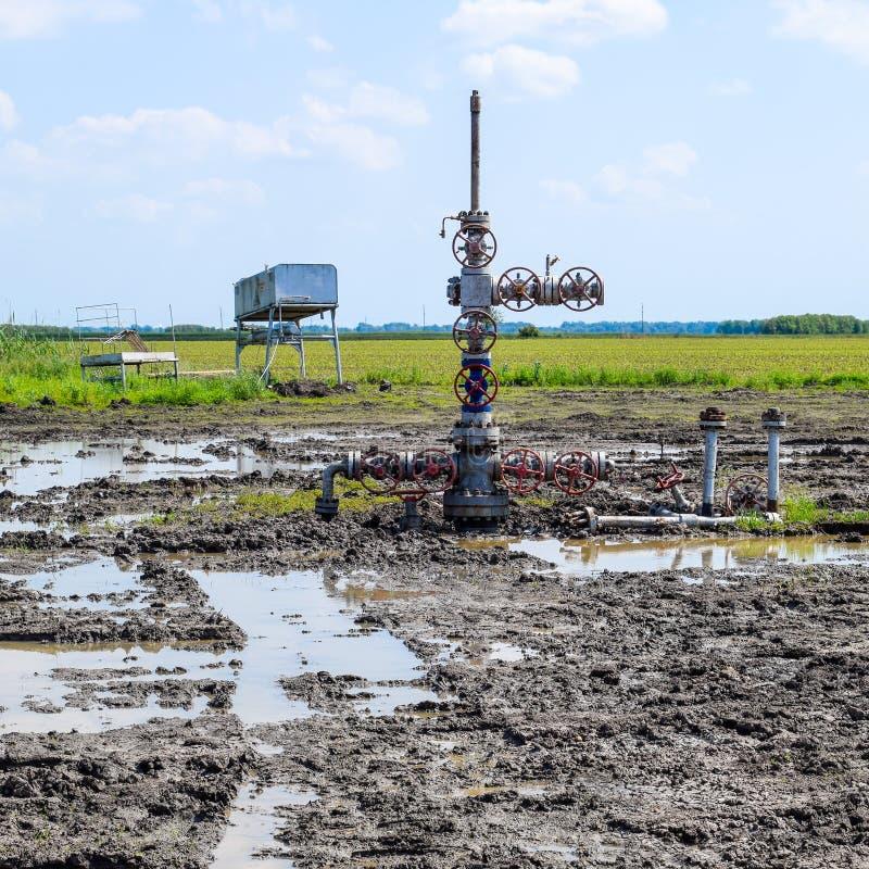 Pétrole puits après la réparation dans la boue et les magmas photo stock