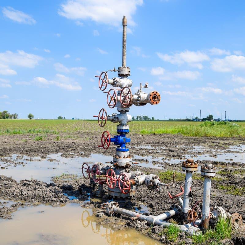 Pétrole puits après la réparation dans la boue et les magmas photographie stock
