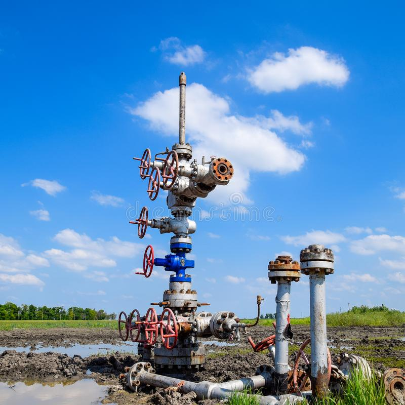 Pétrole puits après la réparation dans la boue et les magmas images libres de droits