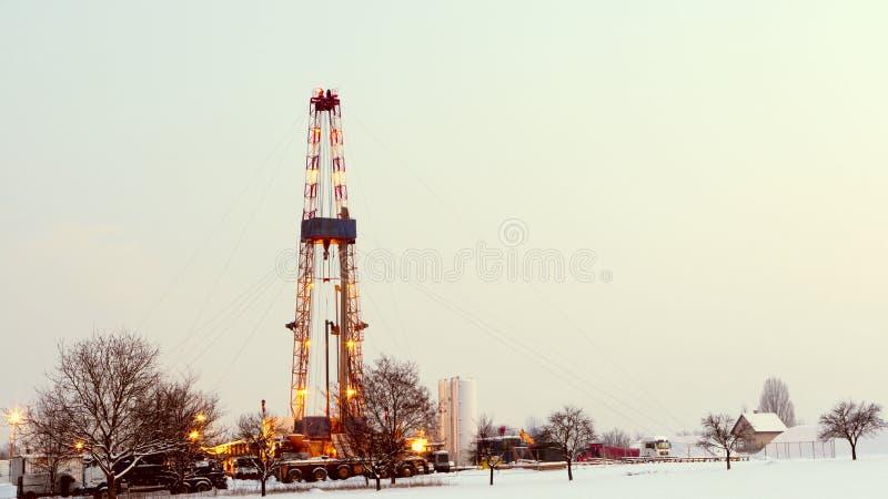 Pétrole puits dans le domaine, ciel. photo stock