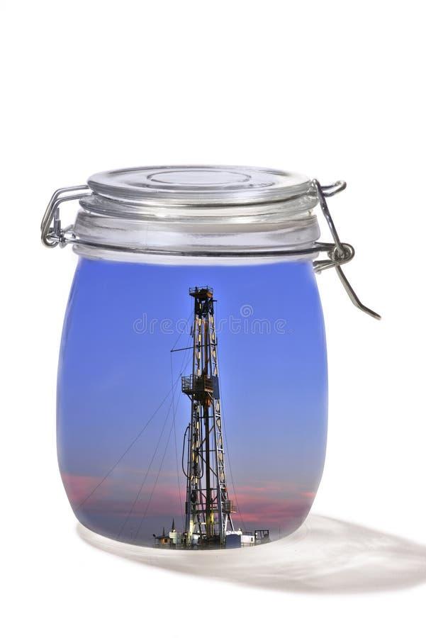 Pétrole puits dans le pot en verre photo libre de droits