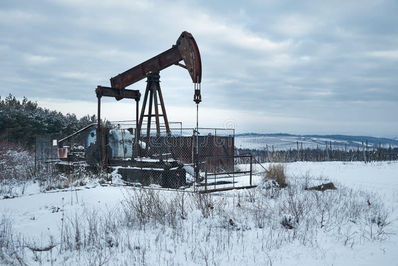 Pétrole puits sur un paysage d'hiver photos stock
