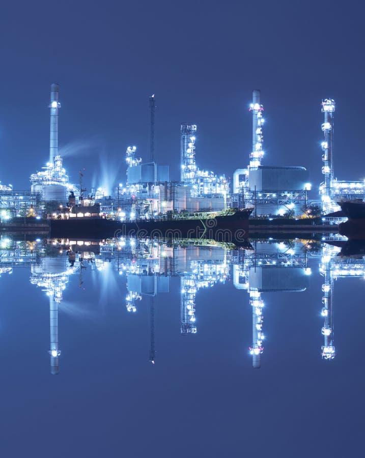 Pétrolier chimique avec le raffinerie de pétrole photographie stock libre de droits