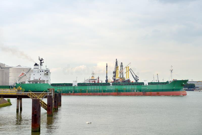 Pétrolier dans le port de Rotterdam photo stock