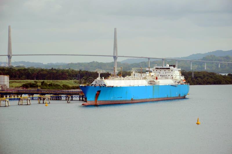 Pétrolier de GNL dans le port de Cristobal, Panama image stock