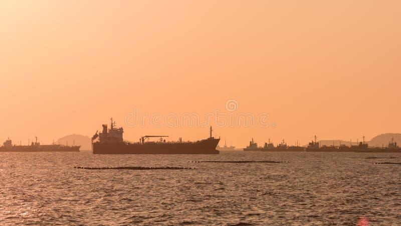 Pétrolier de silhouette, bateau-citerne de gaz image stock