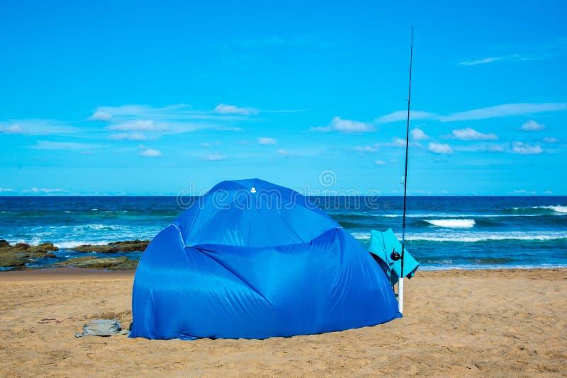 Pêchant sur la plage, Amanzimtoti, Afrique du Sud image stock