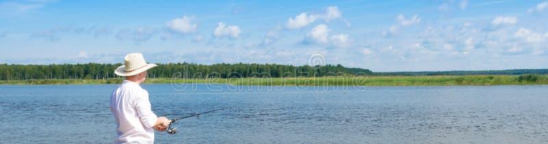 Pêchant sur une rotation sur un réservoir payé, longue photo image libre de droits