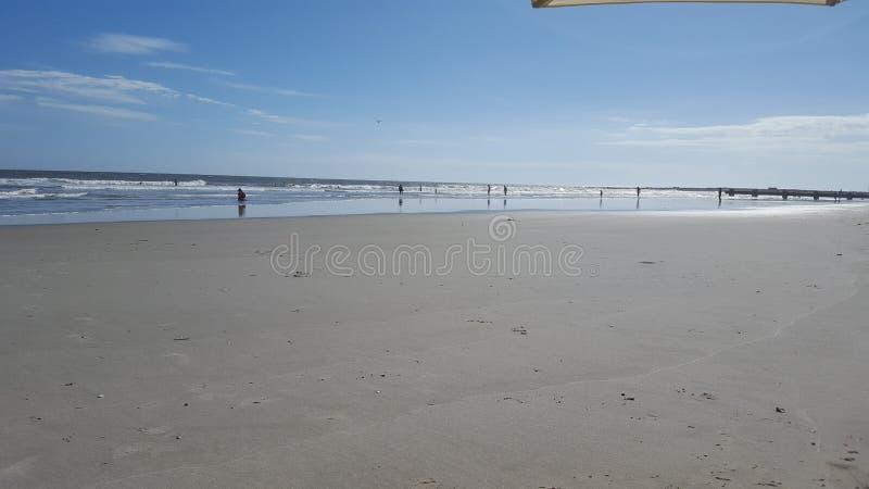 Pêche au surfcasting à la plage image stock