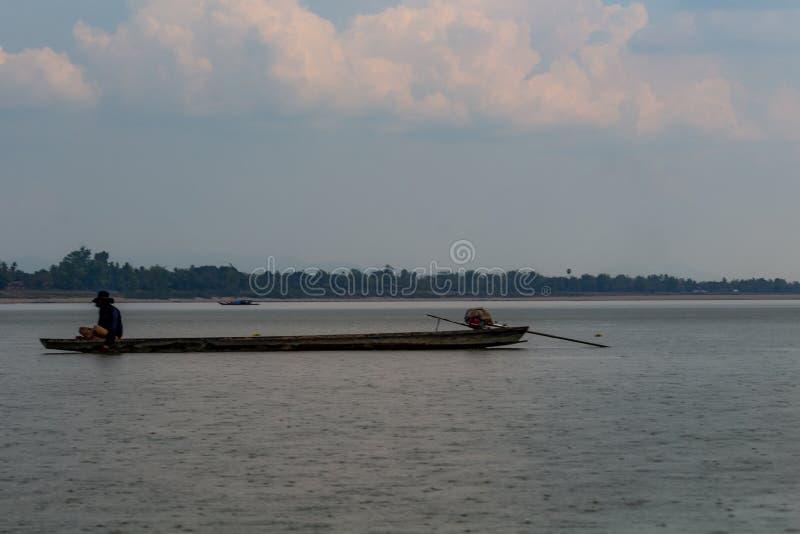 Pêche avec le mauvais temps Laos photographie stock libre de droits