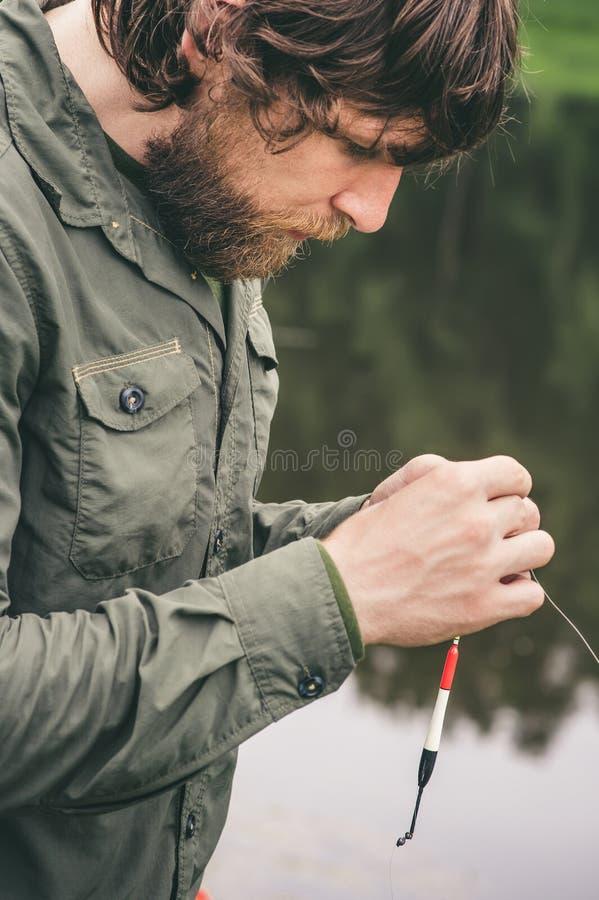 Pêche barbue de pêcheur de jeune homme avec la tige photos libres de droits