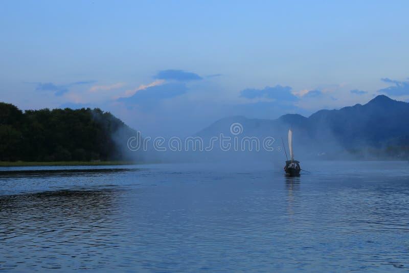 Pêche-bateau en rivière à la ville guyan de peinture, Lishui, Zhejiang images libres de droits