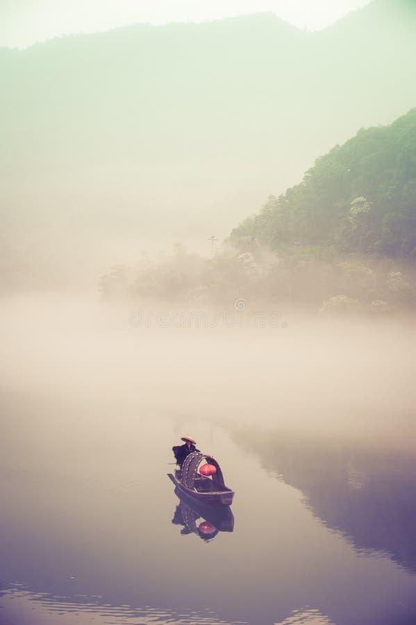 Pêche-bateau sur le lac Dongjiang à l'aube photo libre de droits