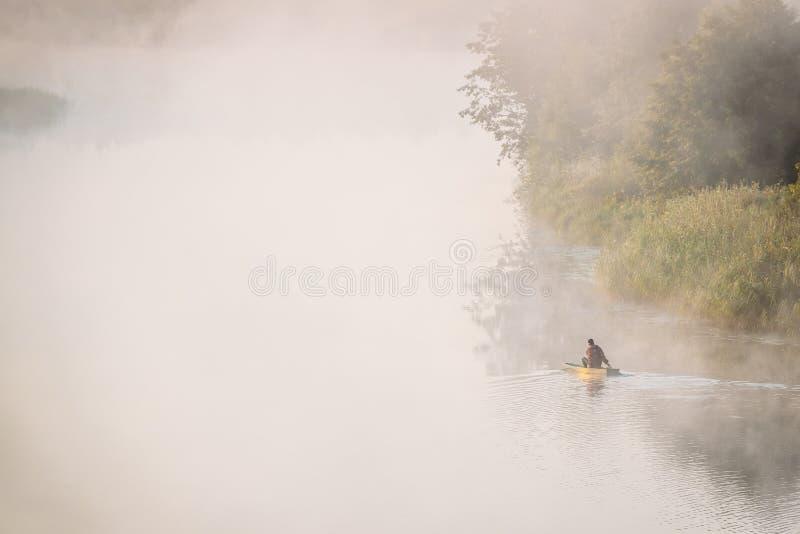Pêche calme de lac, de rivière et d'homme de vieux bateau de pêche en bois d'aviron photos libres de droits