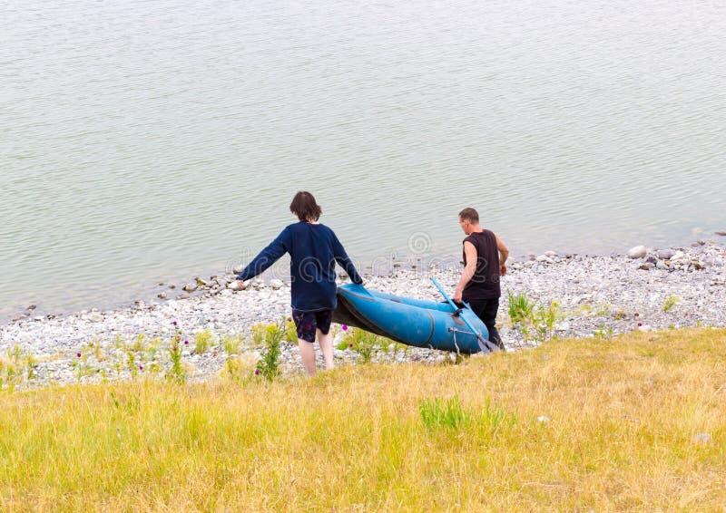 Pêche d'été sur le lac par temps nuageux photo libre de droits