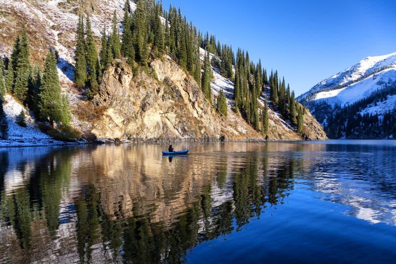 Pêche d'automne sous des chutes de neige photographie stock libre de droits