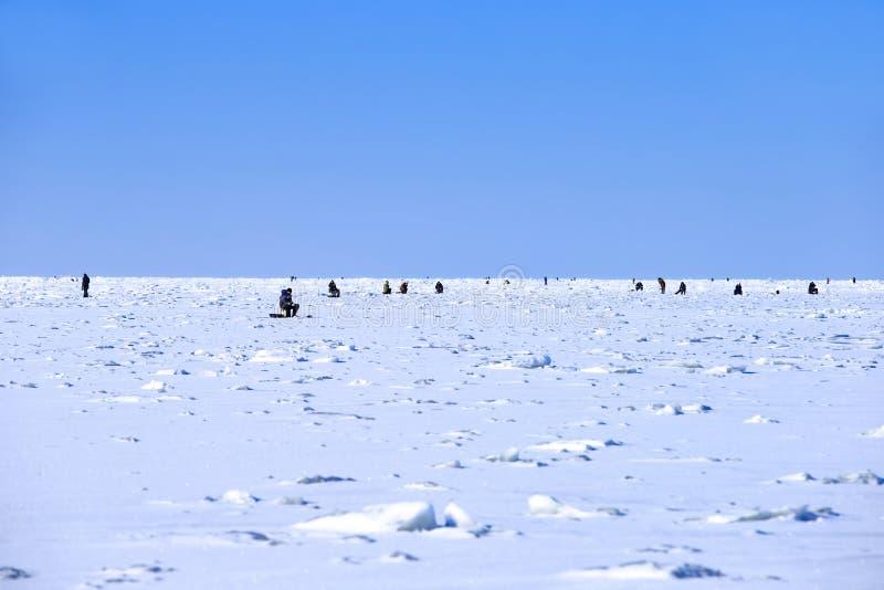 Pêche d'hiver dans le golfe de Finlande photos libres de droits