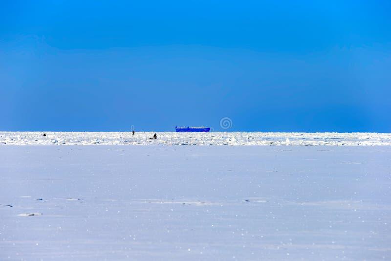 Pêche d'hiver dans le golfe de Finlande photo stock
