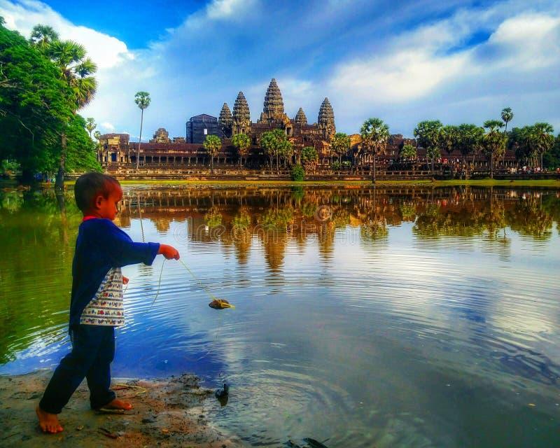 Pêche dans Angkor Vat photographie stock libre de droits
