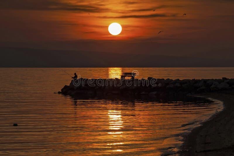 Pêche dans le coucher du soleil photos stock