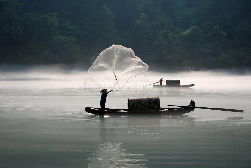 Pêche dans le fleuve de regain images libres de droits