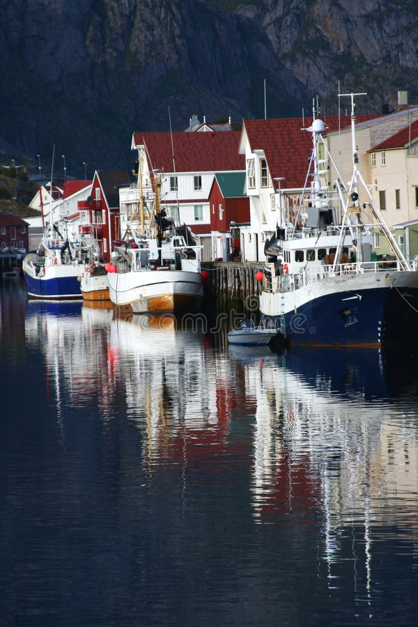 pêche de bateaux amarrée photos stock