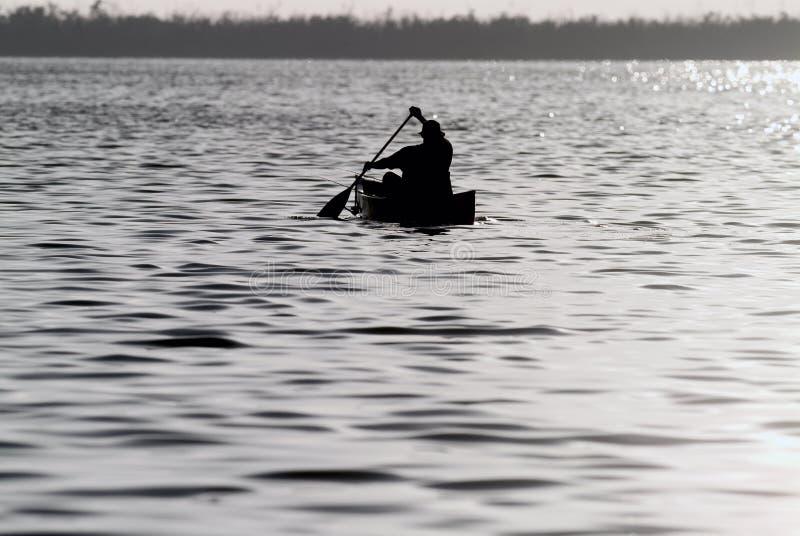 Pêche de canoë image stock
