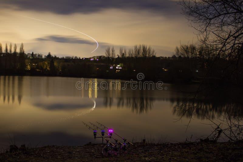 Pêche de carpe pêchant la nuit avec les alarmes lumineuses image stock
