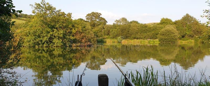 Pêche de carpe sur le lac du R-U photos stock