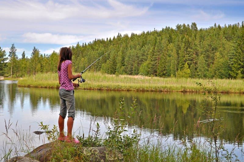 Pêche de fille dans le lac photo libre de droits