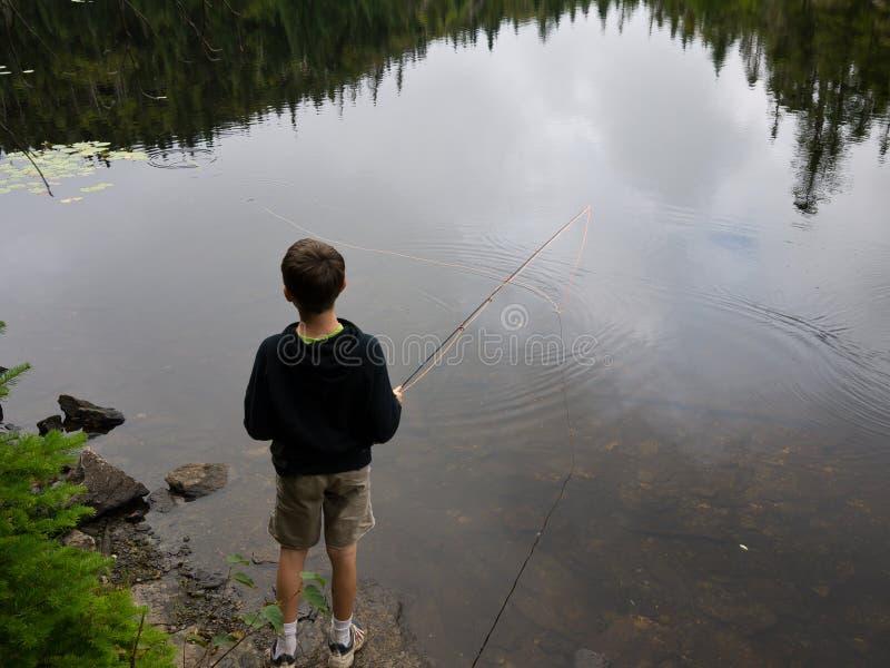 Pêche de garçon image libre de droits